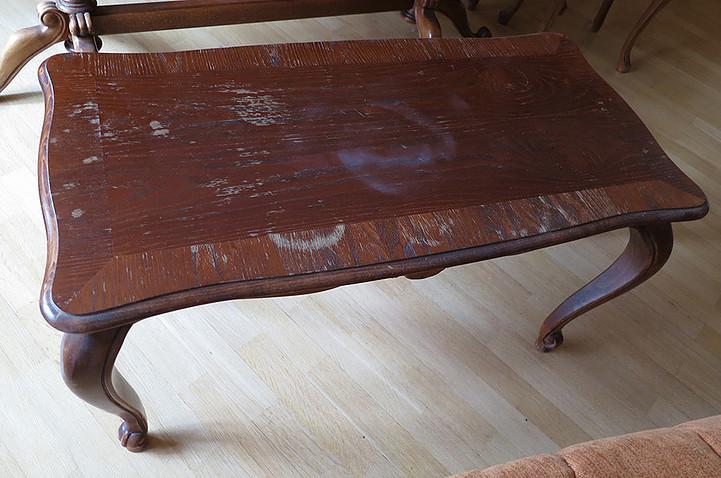 журнальный стол до реставрации. Были проведены работы: удаления пятен от горячего, восстановление фактуры дерева, покрытие лаком
