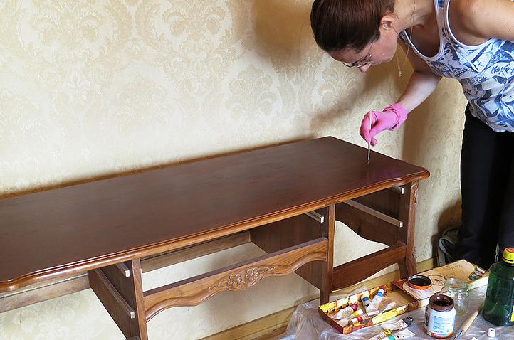 Экспресс реставрация письменного стола на дому у заказчика: При реставрации стола на дому у заказчика были устранены царапины и потёртости, осуществлена шлифовка, восстановлена фактура древесины, покраска и покрытие лаком.