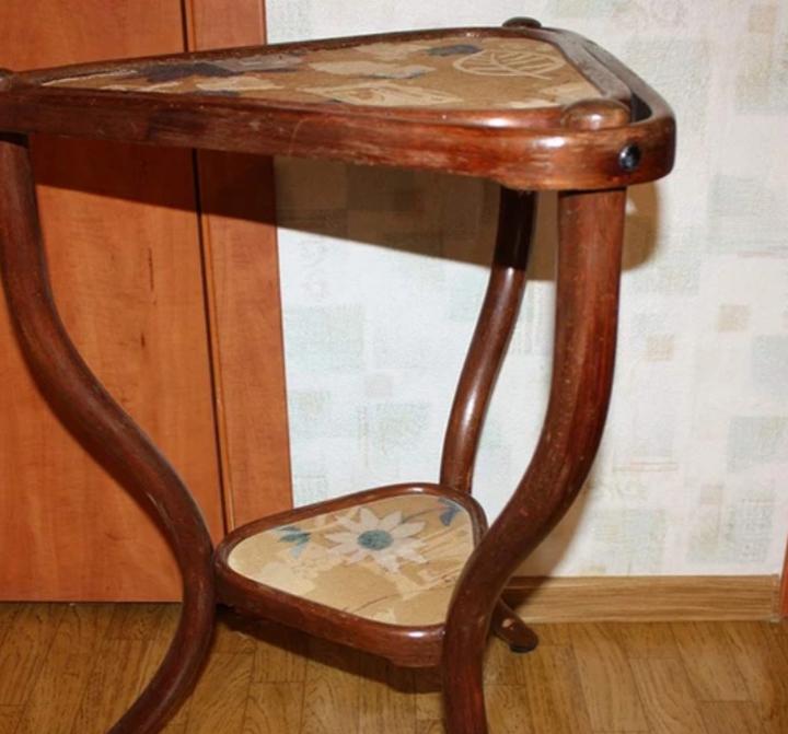 Столик до реставрации и ремонта, чайный столик. Замена лакокрасочного покрытия.