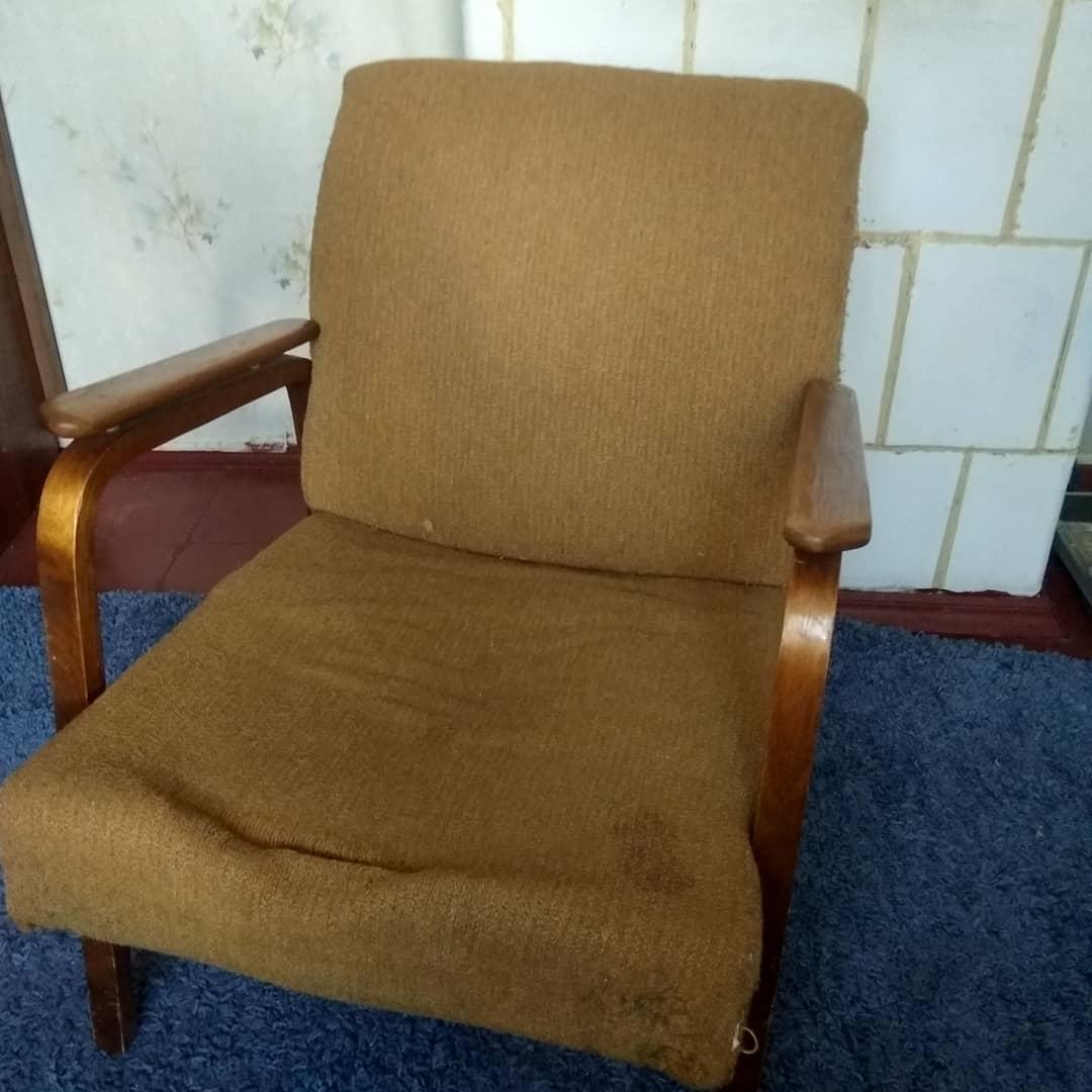 Перетяжка и ремонт старого советского кресла 70х годов в реставрационной мастерской RESTORER.EXPERT
