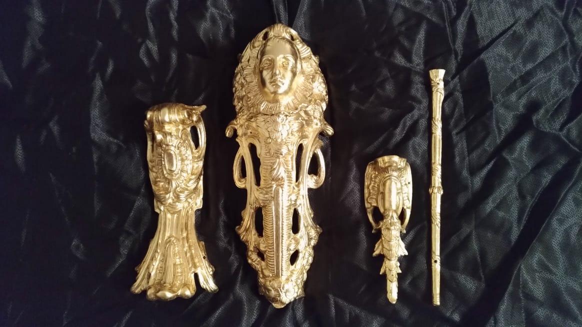 Золочение старинной фурнитуры, реставрация антикварного комода в стиле Людовика XV реставрационной мастерской Restorer.expert