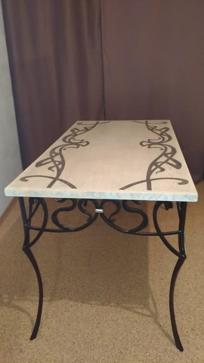 Обновление внешнего вида стола, серебрение поталью деревянной столешницы силами реставрационной мастерской Restorer.expert